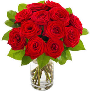 Rundbunden bukett med röda rosor och grönt.