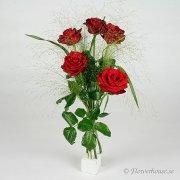 Bukett med fem röda rosor och fontängräs i en tjusig bukett.