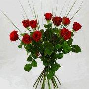 10 röda rosor i en flott bukett.