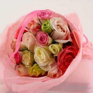 Bukett med rosor i blandade pastellfärger.