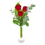 Tre röda rosor i en tjusig bukett. Från Euroflorists sortiment.